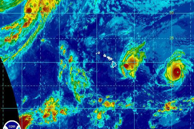 2016年8月31日美国东部时间上午10点拍摄的红外卫星图像中,飓风马德琳和飓风莱斯特在夏威夷坠毁。