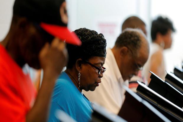 2016年10月20日,选民在北卡罗来纳州夏洛特的Beatties福特图书馆投票时投票。