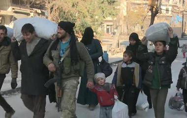 Thousands of civilians flee Aleppo