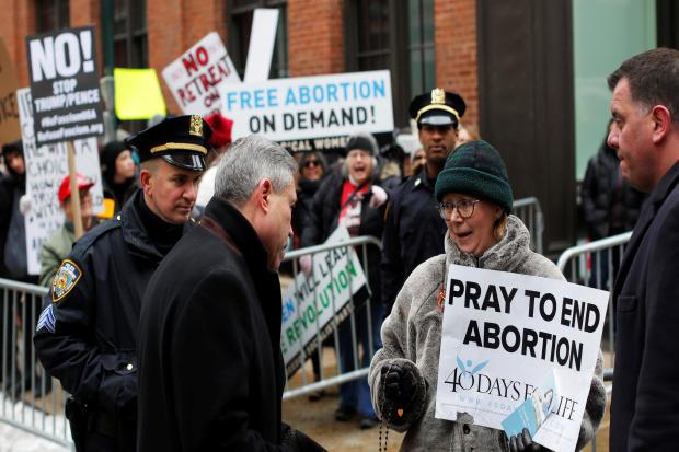 2017年2月11日,纽约曼哈顿玛格丽特桑格健康中心外的计划生育组织外聚集的反堕胎权利抗议者走向反计划生育抗议者。