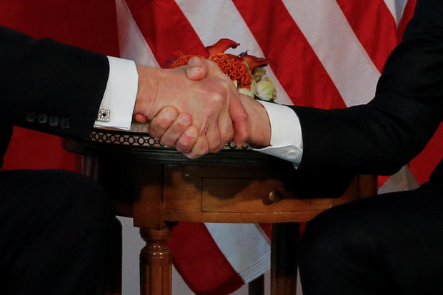 The handshake between Emmanuel Macron and Donald Trump who enjoys the Net