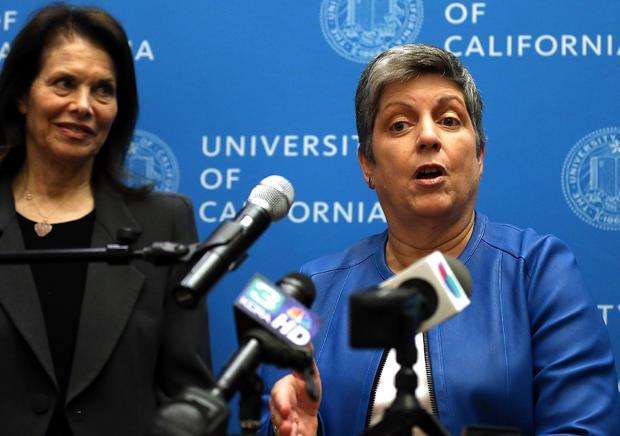 加利福尼亚大学摄政王Sherry Lansing,离开后,担任前国土安全部部长和加州大学候任主席Janet Napolitano在加州大学注册管理委员会之后的新闻发布会上发表讲话
