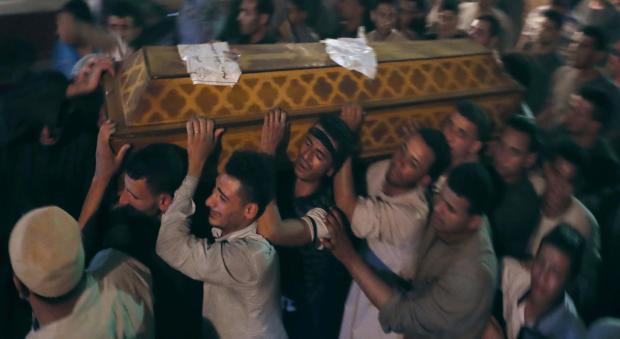 2017年5月26日,在埃及明亚遇害的科普特基督徒的葬礼上,送葬者携带棺材。