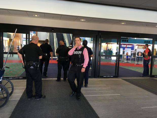 一名机场警察被刺伤后,警察于2017年6月21日在密歇根州弗林特的主教国际机场的一个航站楼聚集。