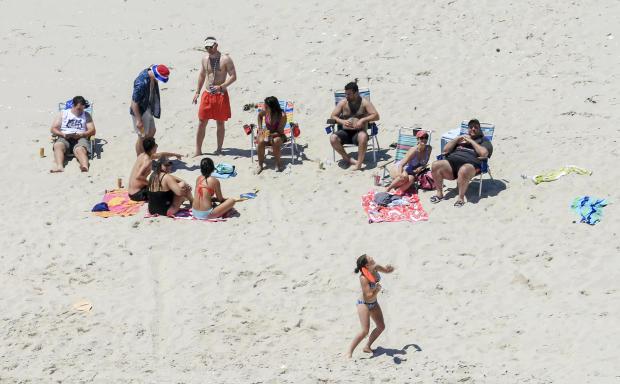 在2017年7月2日,照片,新泽西州州长克里斯克里斯蒂,右,与他的家人和朋友在新泽西岛岛海滩州立公园的州长避暑别墅使用海滩。