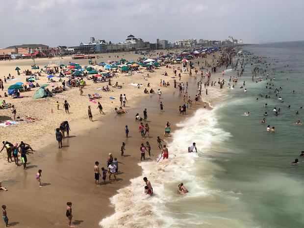 2017年7月22日,日光浴者在马里兰州大洋城拥挤海滩。