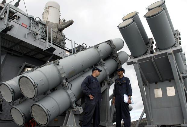 2014年6月28日,在北京海域附近的南中国海上,菲律宾海军与美国海军之间的双边海上演习期间,美国海军人员站在导弹发射器前。