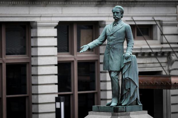 前美国副总统兼联邦将军约翰卡贝尔布雷肯里奇的纪念碑矗立在列克星敦的旧法院外