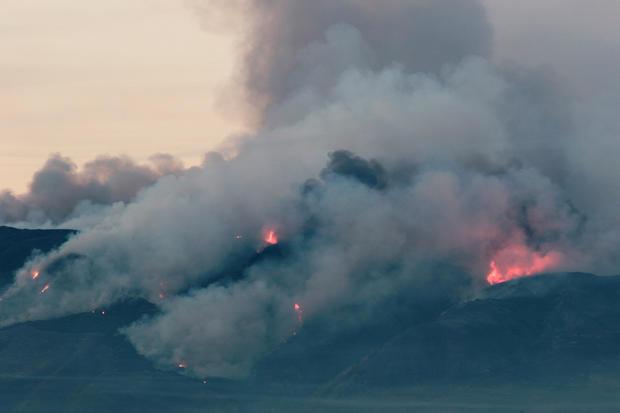 峡谷火在加利福尼亚州科罗纳烧山坡