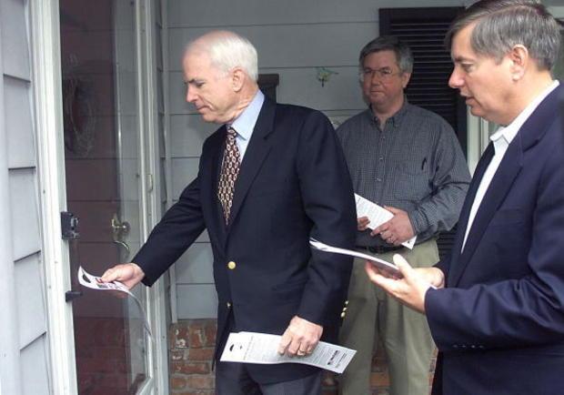 共和党总统候选人约翰麦凯恩(左)勒