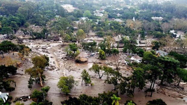 从Montecito的圣巴巴拉县空中支援部队消防直升机拍摄的航拍照片中描绘了泥石流造成的泥流和泥石流造成的破坏