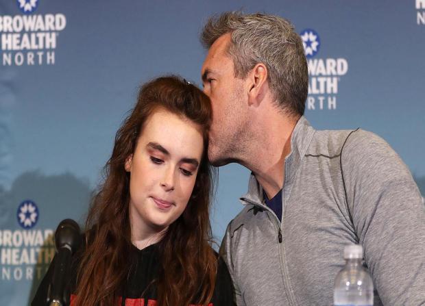 大卫威尔福德于2018年2月26日在迪尔菲尔德在Marjory Stoneman道格拉斯高中进行大规模射击期间多次被射杀后,在布劳沃德健康北方媒体采访后,亲吻了他的女儿Maddy Wilford。