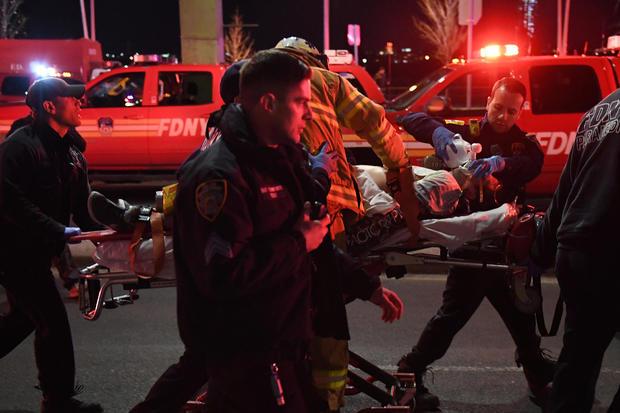 医护人员和NYFD成员对坠毁在纽约East River的直升机的受害者进行心肺复苏术
