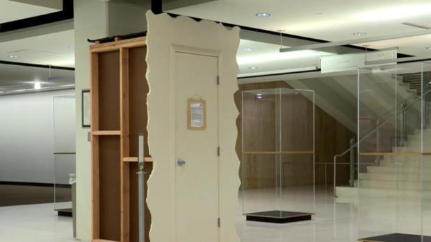 """""""哭泣的衣橱""""可以在犹他大学盐湖城校区的图书馆看到。"""