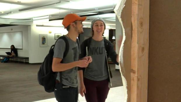 """犹他大学的学生在校园图书馆看""""哭泣的壁橱""""。犹他大学的学生们在盐湖城校园图书馆看""""哭泣的衣橱""""。"""