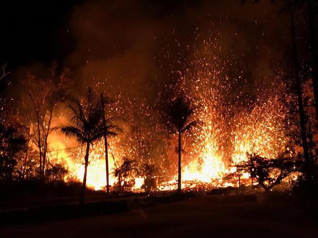 根据美国地质调查局的报告,新的裂缝喷射熔岩喷泉的照片高达约230英尺(70米),位于夏威夷威尼斯登陆平台火山下东裂谷地区Leilani Estates分区的Luana街