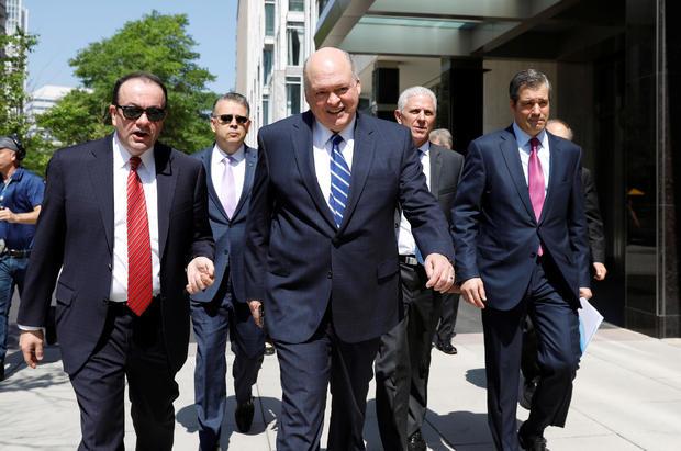 福特首席执行官詹姆斯哈克特与来自美国和外国汽车制造商的高级管理人员从戴姆勒克莱斯勒走到白宫,与美国总统唐纳德特朗普在华盛顿会面