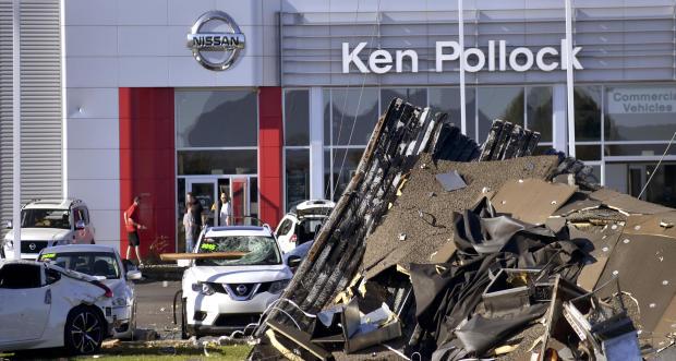 汽车经销商于2018年6月14日在宾夕法尼亚州的威尔克斯 - 巴里镇(Wilkes-Barre Township)坐在汽车经销店前面。