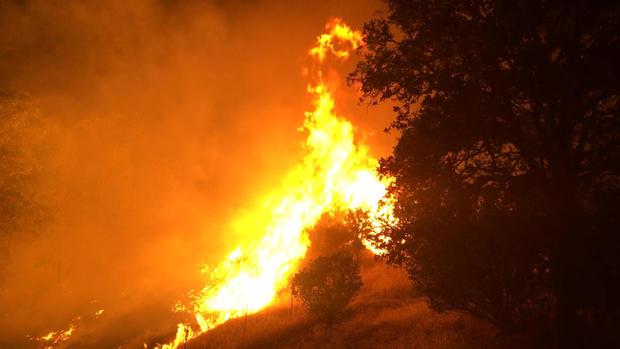 在加利福尼亚州林业和消防部门提供的这张照片中,Pawnee Fire野火于2018年6月24日早些时候在加利福尼亚州Clearlake Oaks的东北部燃烧。