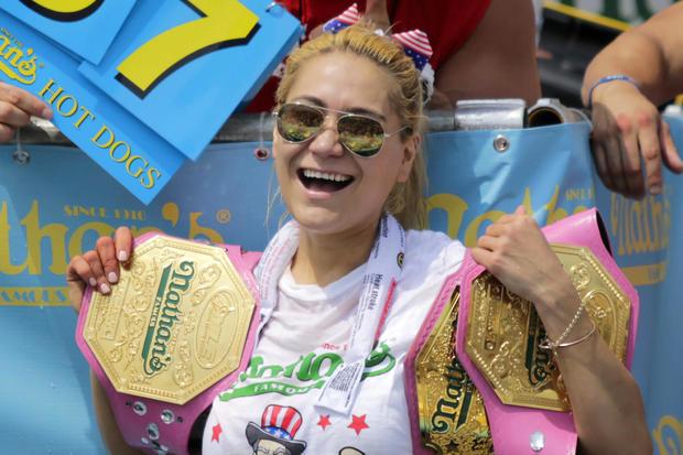 Miki Sudo在2018年7月4日在纽约布鲁克林区的康尼岛附近赢得女子年度Nathan's Famous热狗饮食比赛后庆祝。