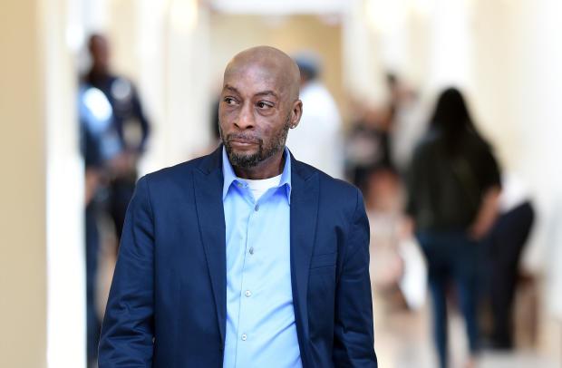 2018年7月9日,当孟山都公司在加利福尼亚州旧金山继续审判时,原告Dewayne Johnson在短暂休息时走向法庭。