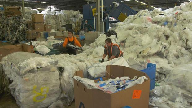 塑料分选塑料-垃圾在回收中心-620.jpg