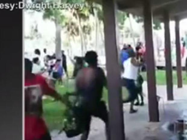 在社交媒体上发布的视频中,人们争先恐后地争夺封面,因为枪手在2018年8月4日在佛罗里达州泰特斯维尔举行的和平集会上开火。