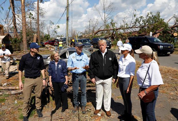 特朗普访问受佛罗里达州飓风迈克尔影响的地区