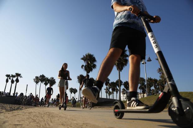 洛杉矶周围有争议的电动滑板车激起辩论和愤怒