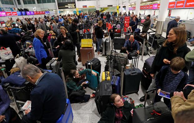 乘坐非法飞越机场的无人驾驶飞机迫使盖特威克机场关闭后,乘客在盖特威克机场南航站楼等候
