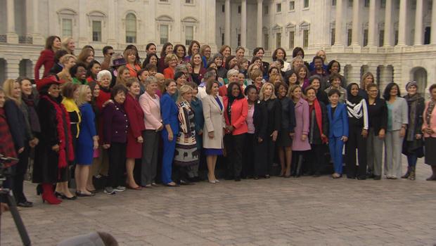 南希 - 佩洛西与 - 妇女的-国会620.jpg