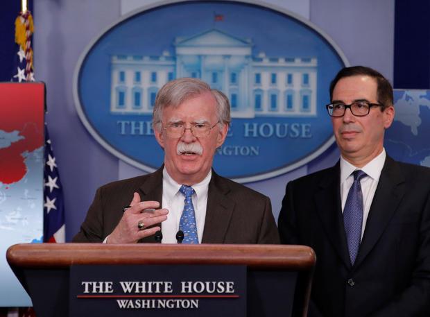 白宫国家安全顾问约翰博尔顿和财政部长史蒂芬姆努钦在华盛顿白宫举行新闻发布会