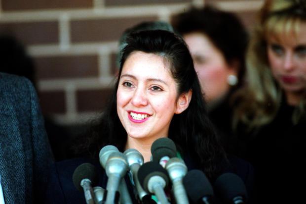 Lorena Bobbitt于1994年2月28日在弗吉尼亚州马纳萨斯的法庭外会见记者。