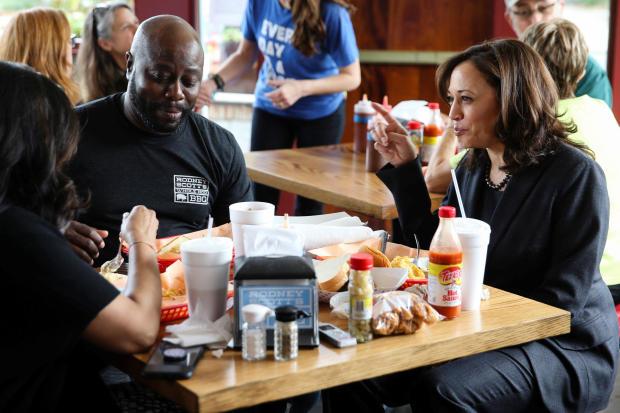 美国参议员和民主党总统候选人卡玛拉哈里斯与她的妹妹玛雅哈里斯和罗德尼斯科特在罗德尼斯科特在查尔斯顿举行的烧烤会上共进午餐