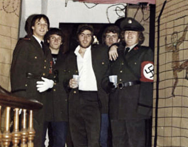 在1980年版Spectrum的这张照片中,葛底斯堡学院的年鉴,Bob Garthwait,右边穿着一件描绘纳粹制服的服装。