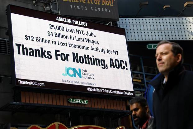 时代广场广告牌显示有关美国众议员奥卡西奥 - 科尔特斯在纽约市撤出亚马逊的声明