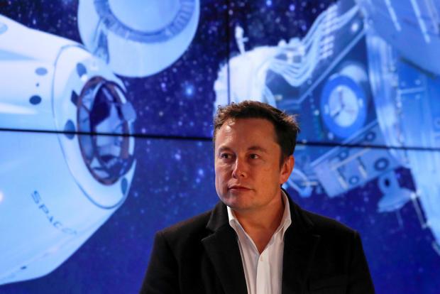 马斯克在卡纳维拉尔角的发布后新闻发布会上观看了SpaceX Falcon 9