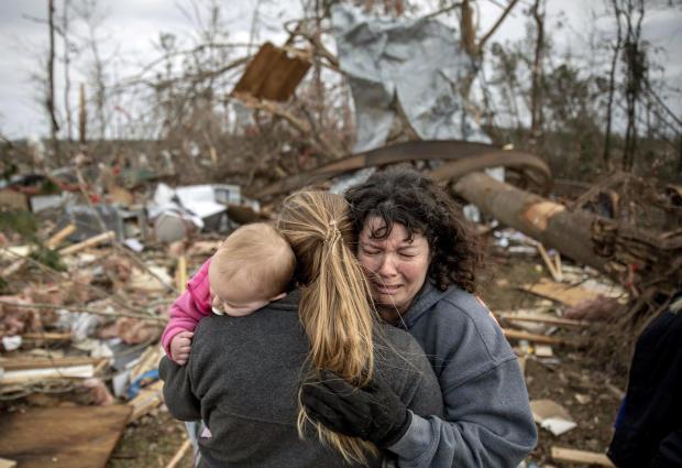 当她和她的丈夫大卫·韦恩·迪恩(David Wayne Dean)分享家中的残骸时,卡罗尔·迪恩(Carol Dean)右边哭泣,同时梅根·安德森(Megan Anderson)和她18个月大的女儿玛丽莲(Madilyn)接受了她们的碎片,当龙卷风摧毁了Beauregard的房子时,他死了,阿拉巴马州,