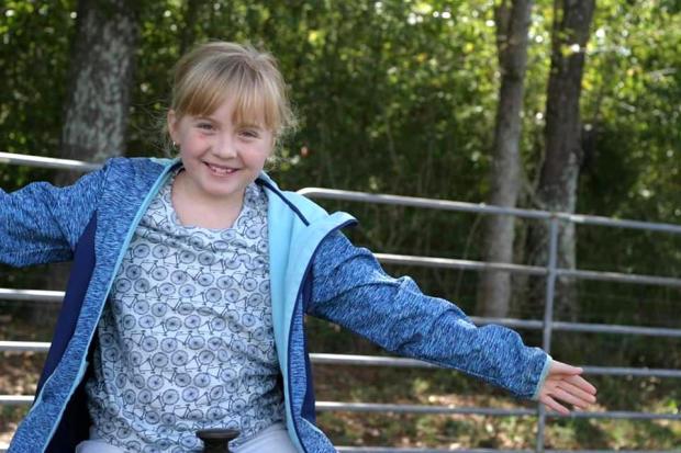 现年10岁的四年级学生泰勒桑顿(Taylor Thornton)是一名未注明日期的全家福照片,她是几位在2019年3月3日袭击强大的龙卷风袭击阿拉巴马州李县时死亡的人之一。