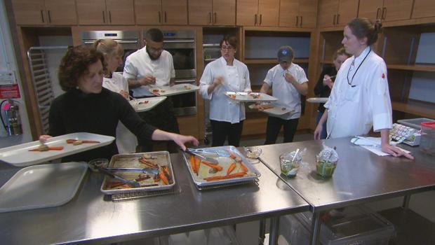 美洲 - 测试 - 厨房 - 测试 - 厨师率烤,胡萝卜,和青葱与 -  chermoula-620.jpg