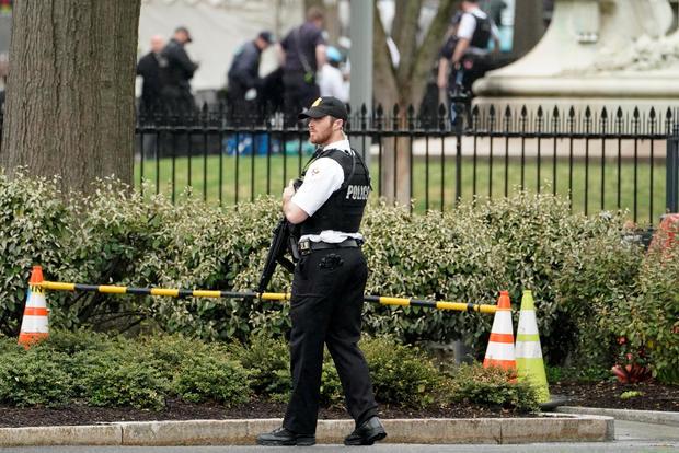 警方和救援人员在华盛顿白宫外的拉斐特公园担架上移走一名男子