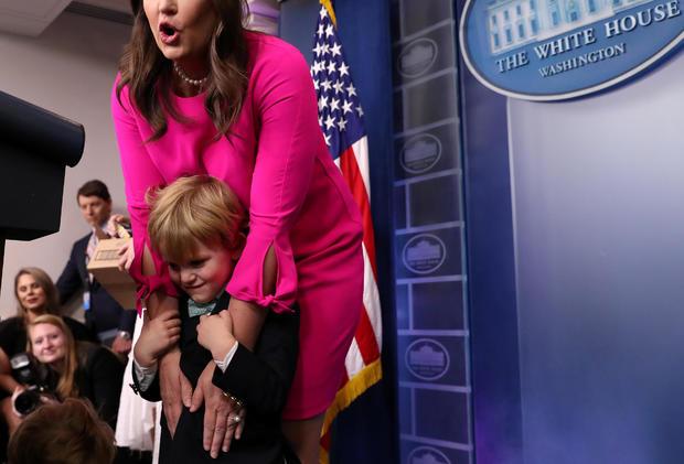 美国白宫新闻秘书萨拉·赫卡比·桑德斯在美国华盛顿白宫与孩子们举行简报会。