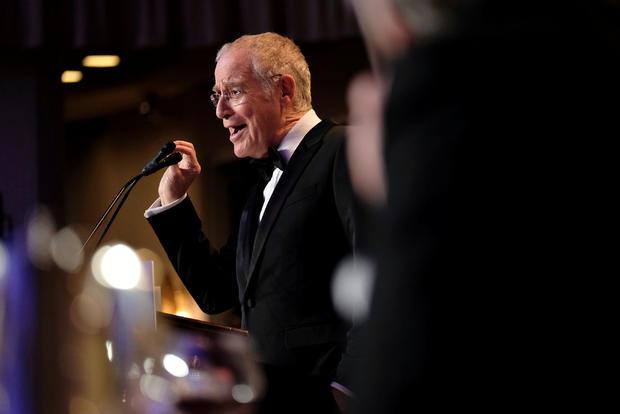 作家和历史学家Ron Chernow在华盛顿举行的年度白宫记者协会晚宴上发表讲话