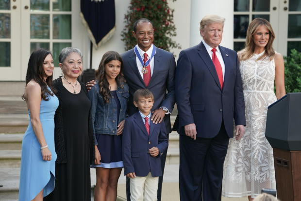 特朗普总统授予高尔夫球手老虎伍兹自由勋章