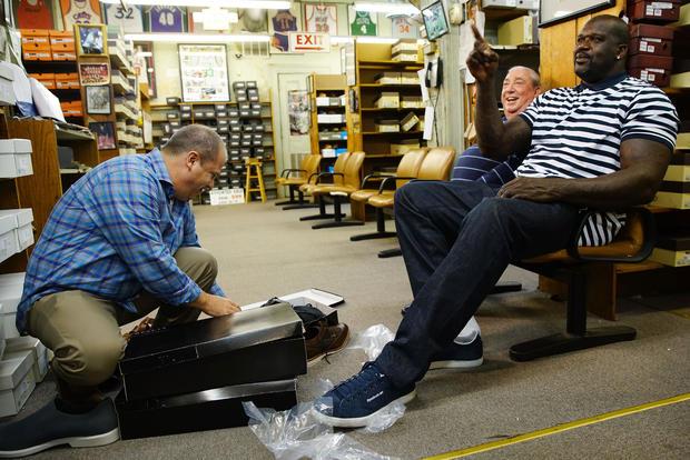 Shaquille O'Neal周六为美国运通小商店购买小商品
