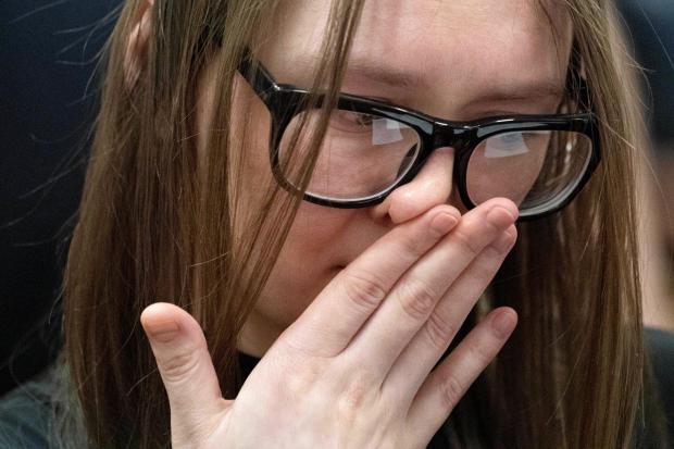 纽约陪审团的安娜·索罗金(Anna Sorokin)在2019年5月9日在纽约曼哈顿区的判刑期间做出了反应。纽约陪审团被判从银行和银行诈骗了20多万美元。