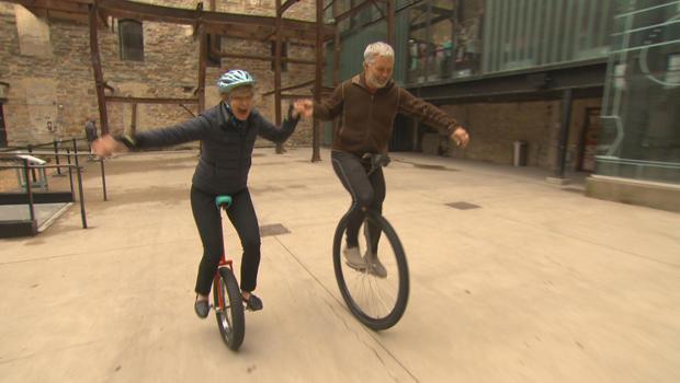 疯狂的通勤丹 - 汉森和苏珊 - 斯宾塞 - 上单轮脚踏车-620.jpg