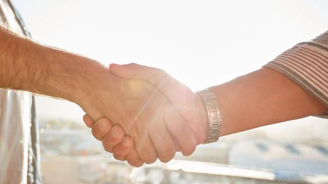 sm-j-forair-rocca-handshake-0412200-2054617-640x360.jpg