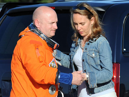 Giffords' Husband, NASA Astronaut, Rushes to Ariz. - CBS News