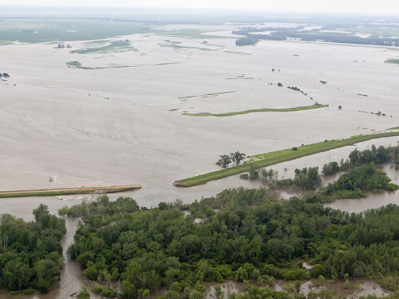 2 Missouri River levees break in Iowa and Mo  - CBS News